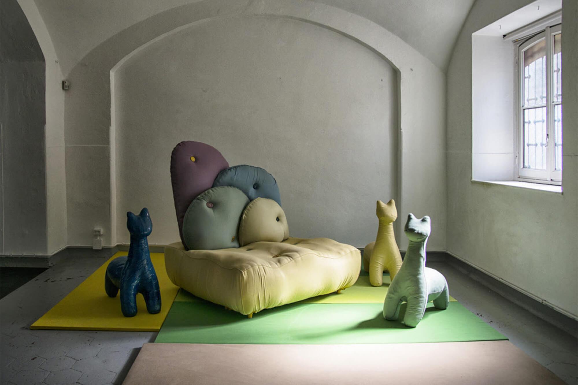 Peças feitas com tecidos Sunbrella na galeria Rossana Orlandi, em Milão