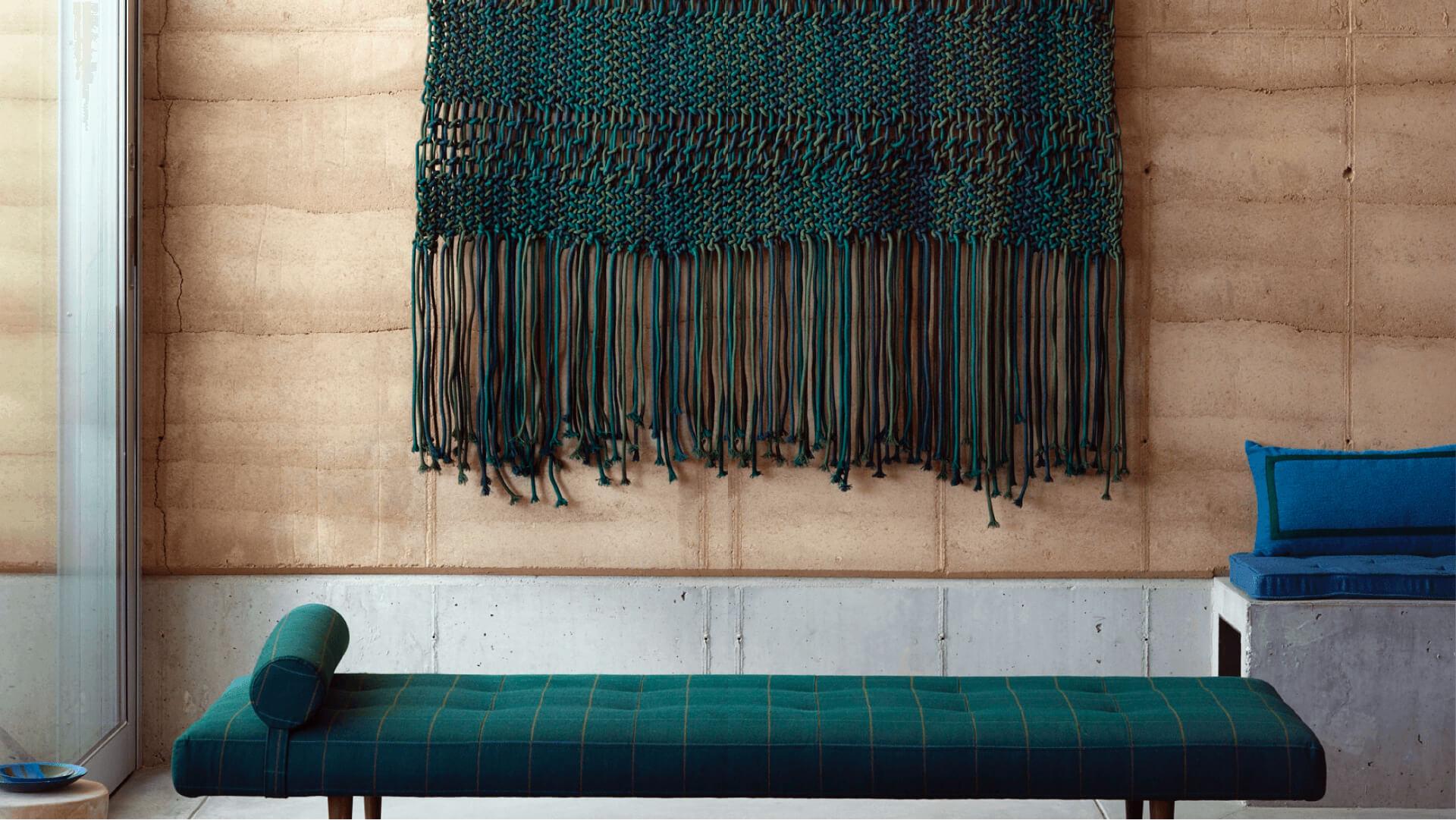 Bir duvar askısına dönüştürülen yeşil, mavi ve cam göbeği Sunbrella Kenar