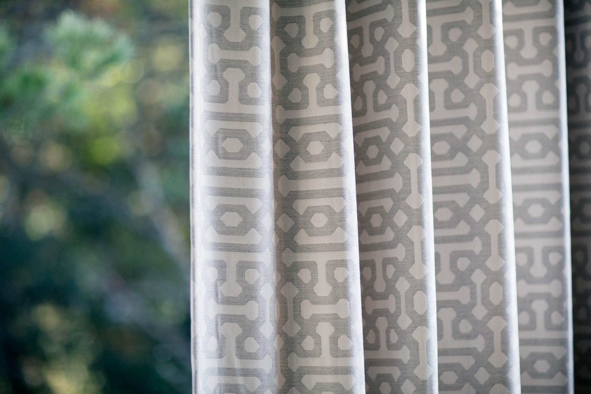 ม่านภายนอกที่ทำจากผ้า Sunbrella Fretwork Pewter