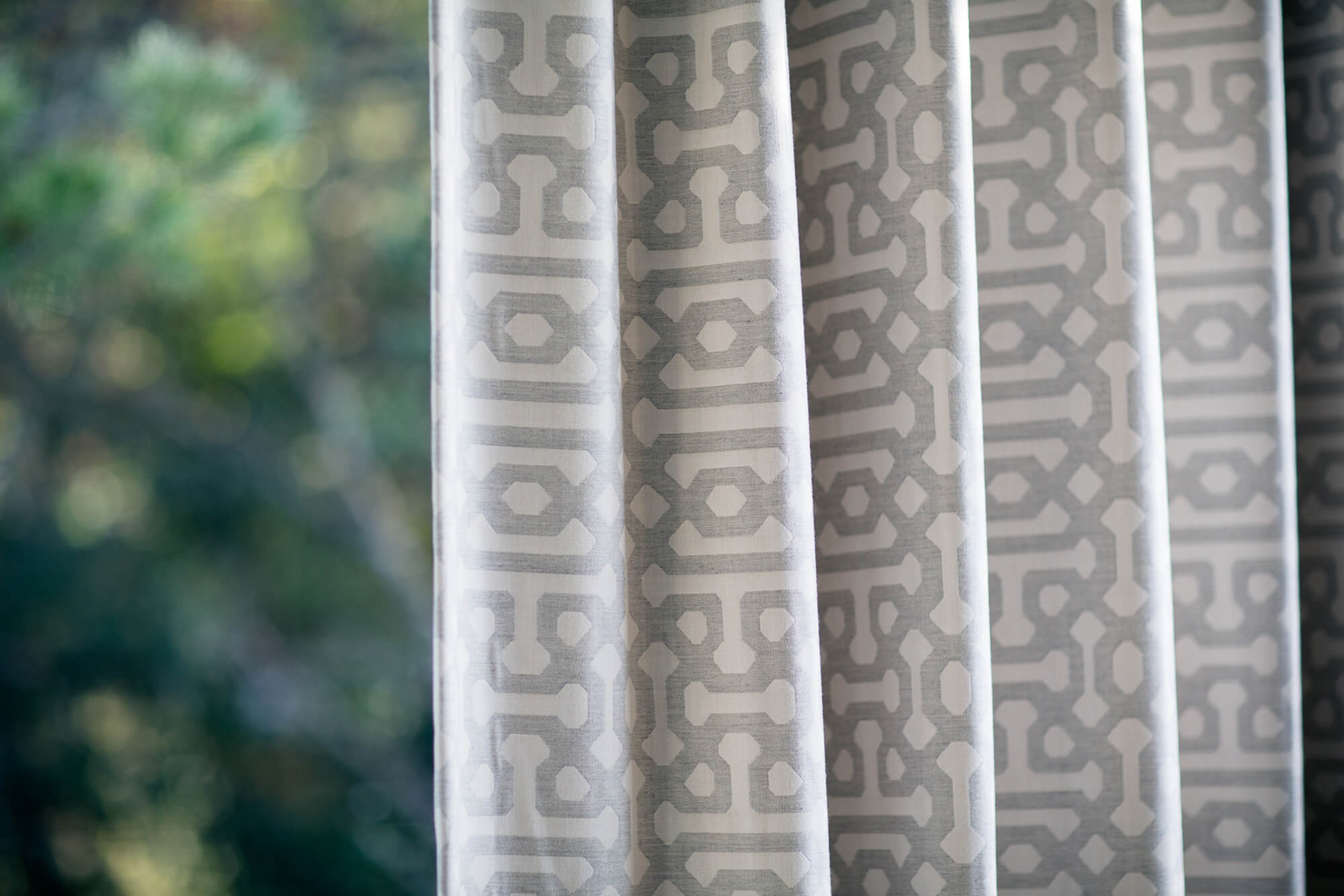 Cortinas para exteriores fabricadas utilizando tela de tapicería Fretwork Pewter de Sunbrella