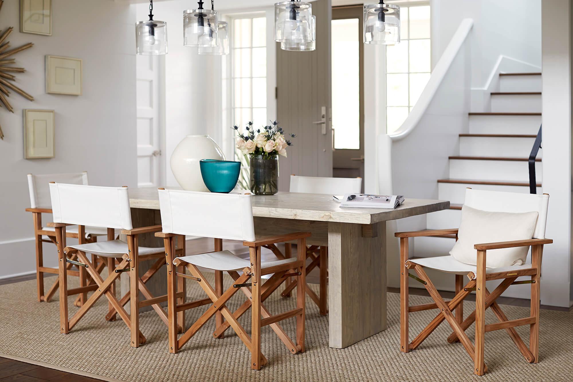เก้าอี้ผู้อำนวยการสีขาวรอบโต๊ะรับประทานอาหารภายใน