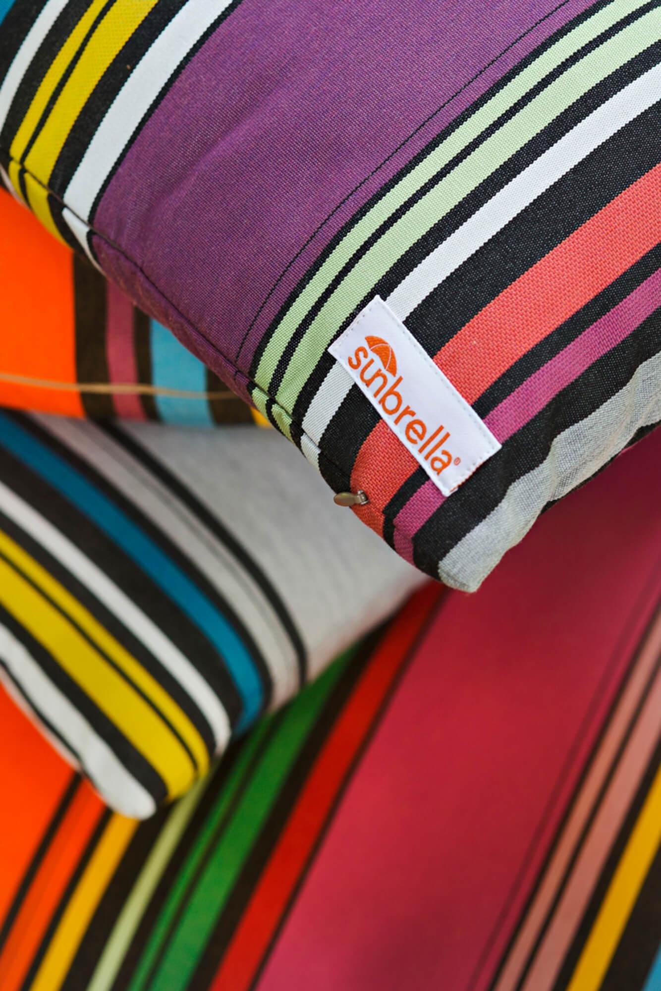 ภาพขยายของหมอนลายทางทำจากผ้าในคอลเลกชัน Sunbrella Icon