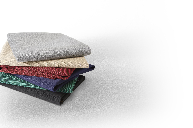 Close-up de uma pilha dobrada de tecidos Sunbrella SeaMark.