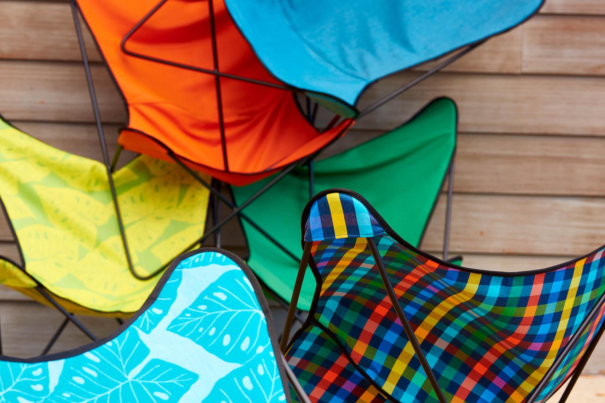 Cận cảnh những chiếc ghế hình cánh bướm với các loại vải màu sắc rực rỡ từ bộ sưu tập Sunbrella Shift