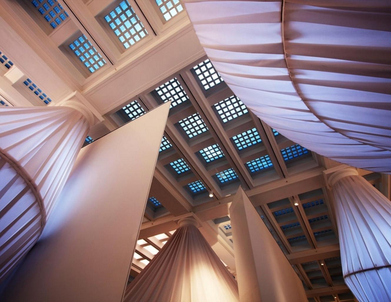 Foto tirada de baixo para cima na instalação de arte reOrder, no Brooklyn Museum, com tecidos Sunbrella