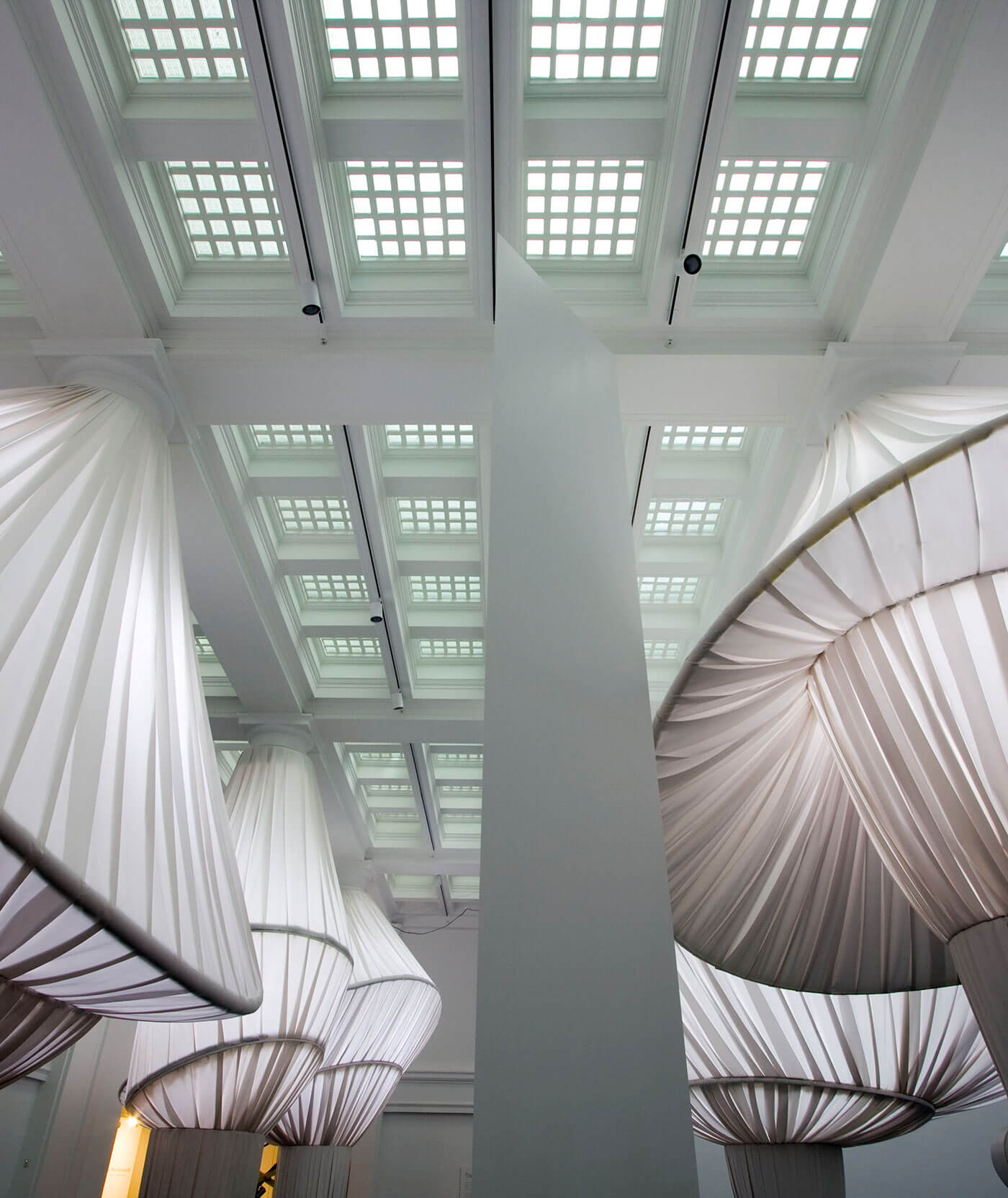 تمت إعادة ترتيب الديكور في متحف بروكلين بإبداعٍ فني من خلال استخدام 2000 ياردة من أقمشة سنبريلا