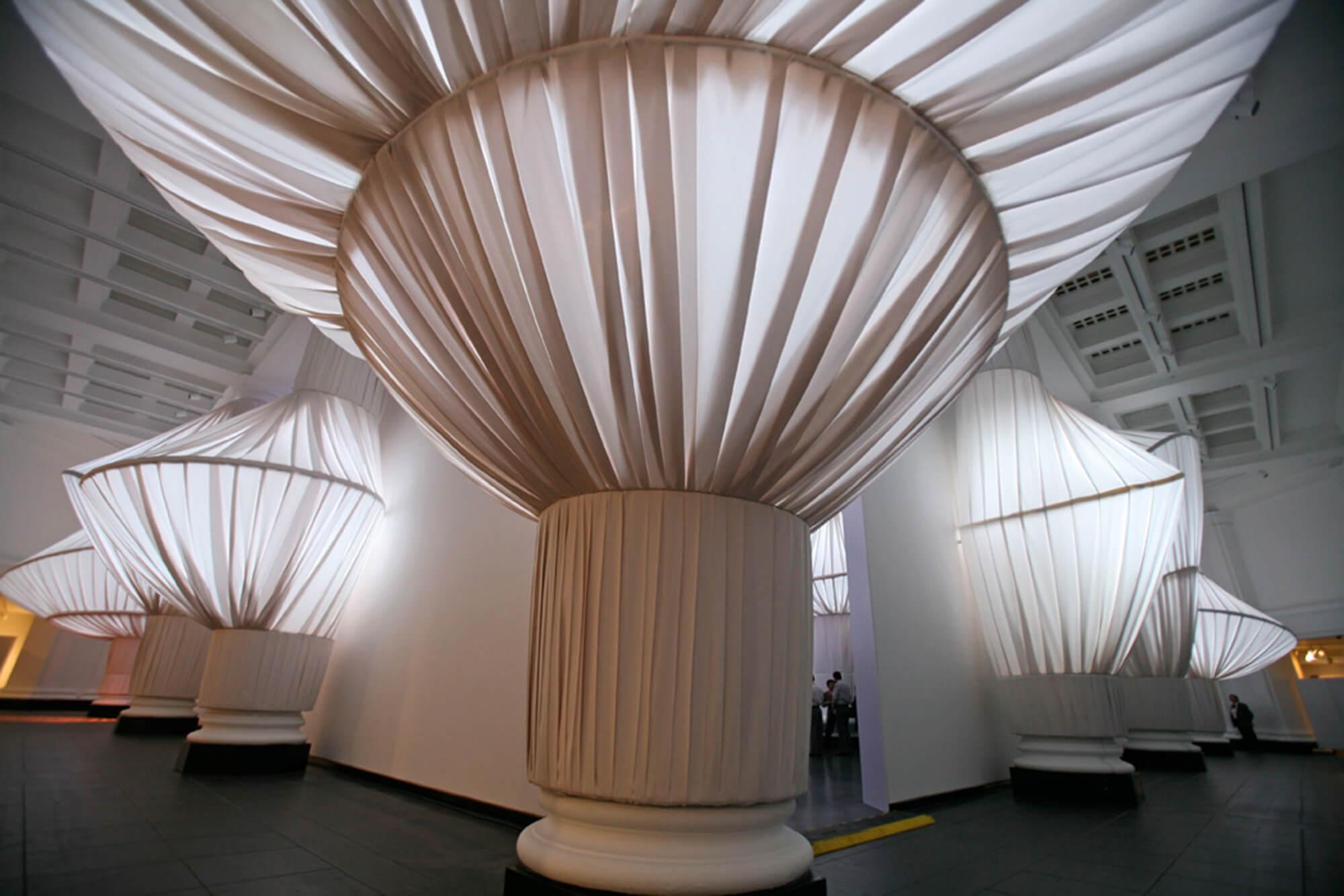 reOrder 展览中的一个立柱采用了 Sunbrella 自然帆布织物