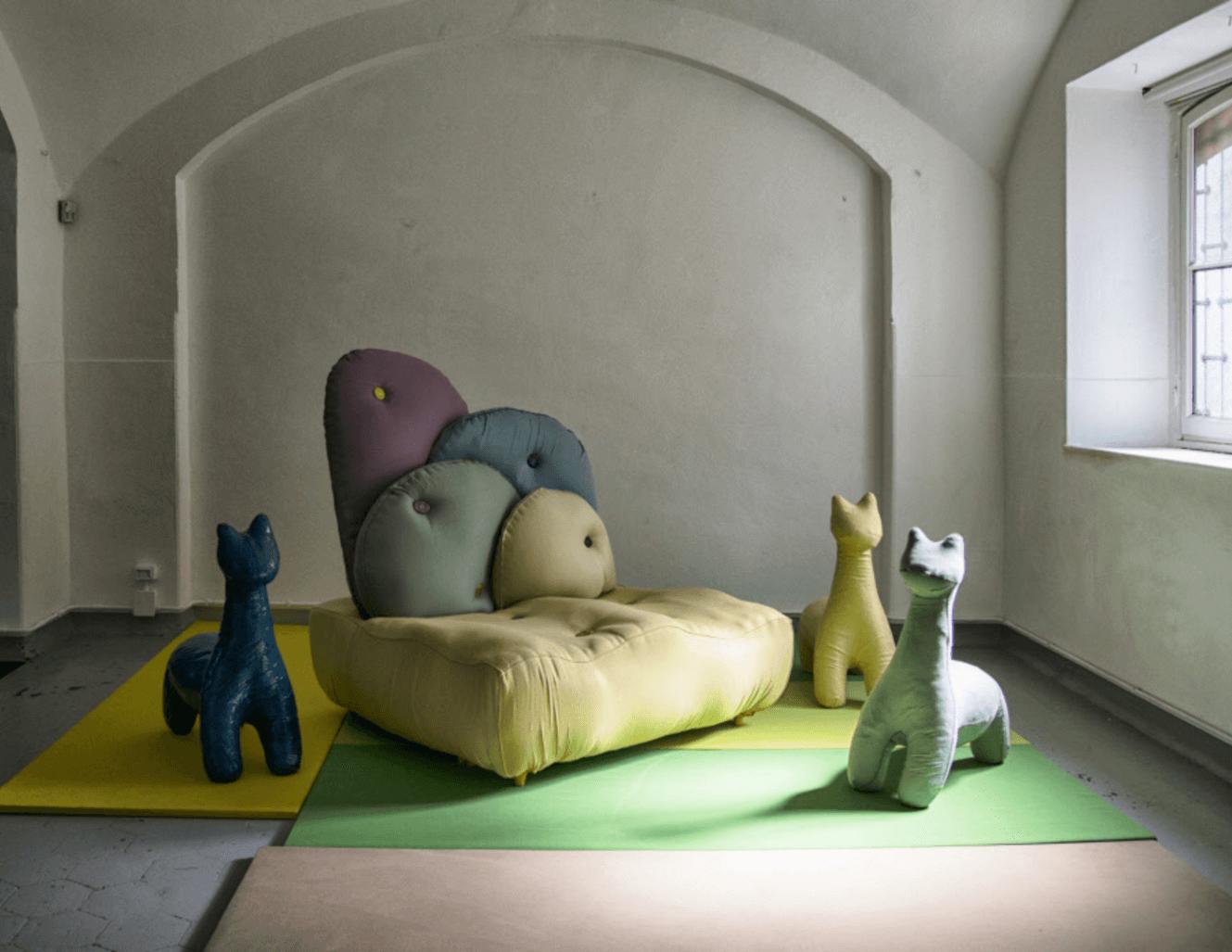 Poufs en forme d'animaux et un canapé en tissus Sunbrella à la galerie Rossana Orlandi à Milan, en Italie