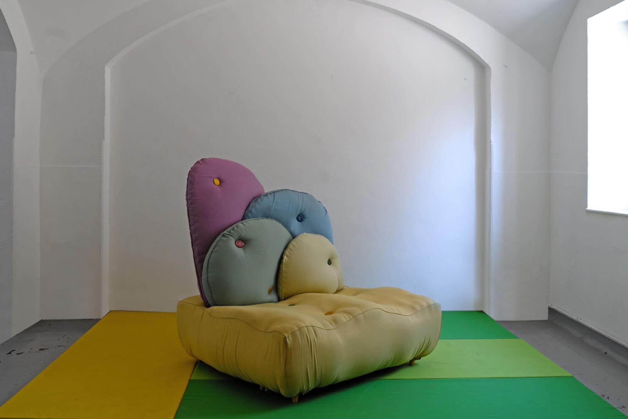 Praca duetu artystów BCXSY, którzy tak wyobrazili sobie kanapę Chesterfield jako mebel ogrodowy pokryty tkaninami Sunbrella