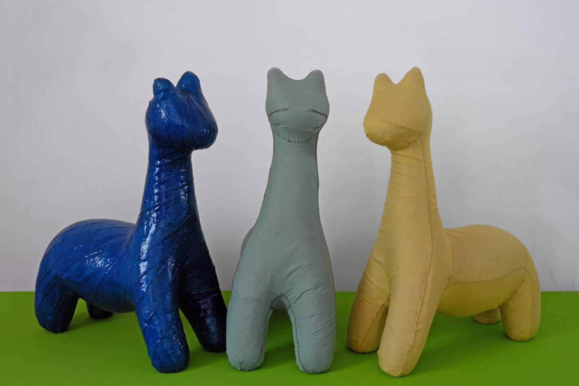 Pufs fabricados de telas Sunbrella por Nacho Carbonell en exhibición en la galería Rosana Orlandi