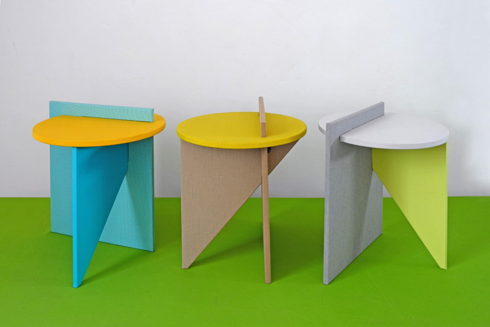 Tables de chevet colorées, bleues, jaunes et vertes, dessinées par l'Atelier Lavit