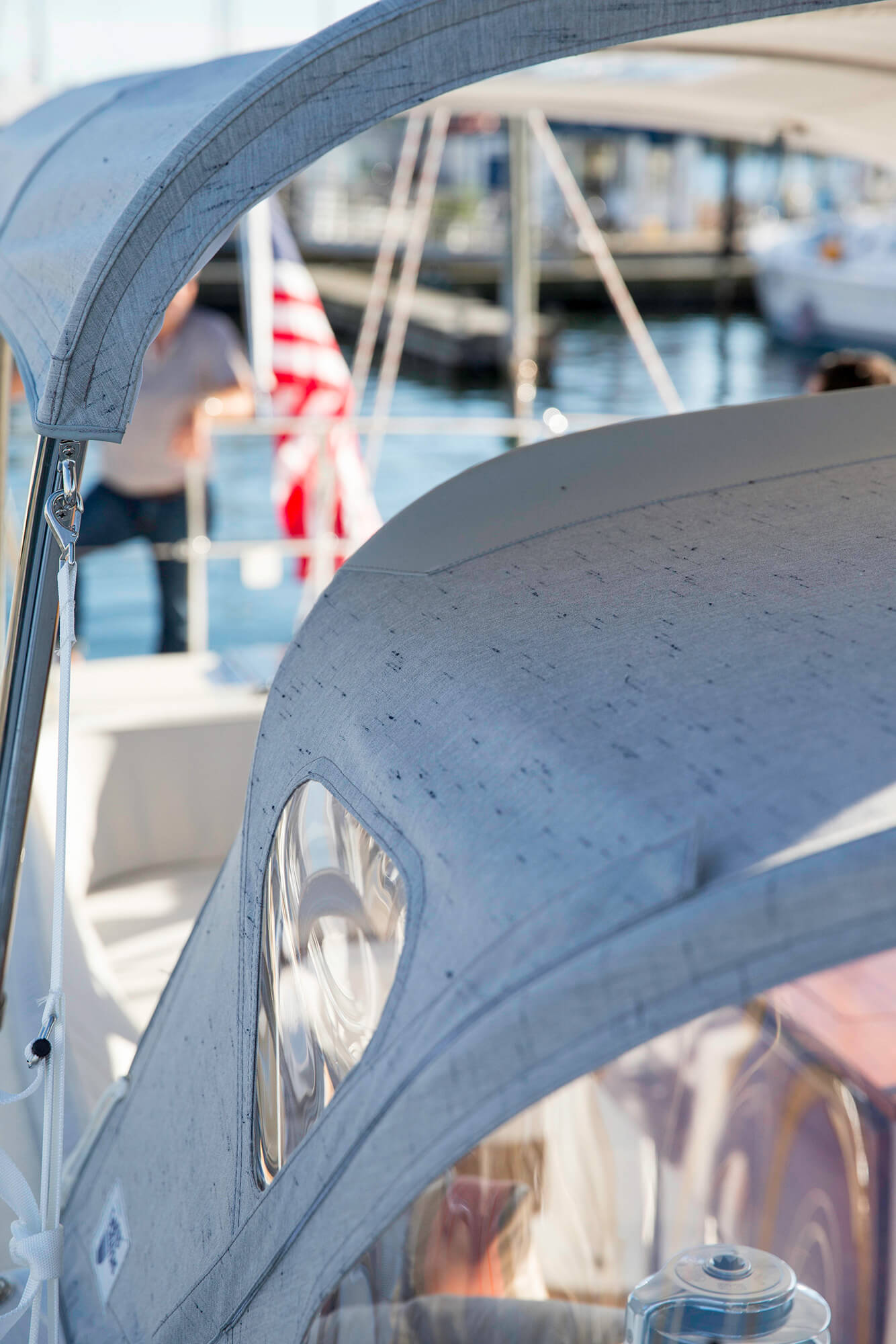 Close-up detail van zeilboot dodger en bimini met Sunbrella Crest Ash-stof