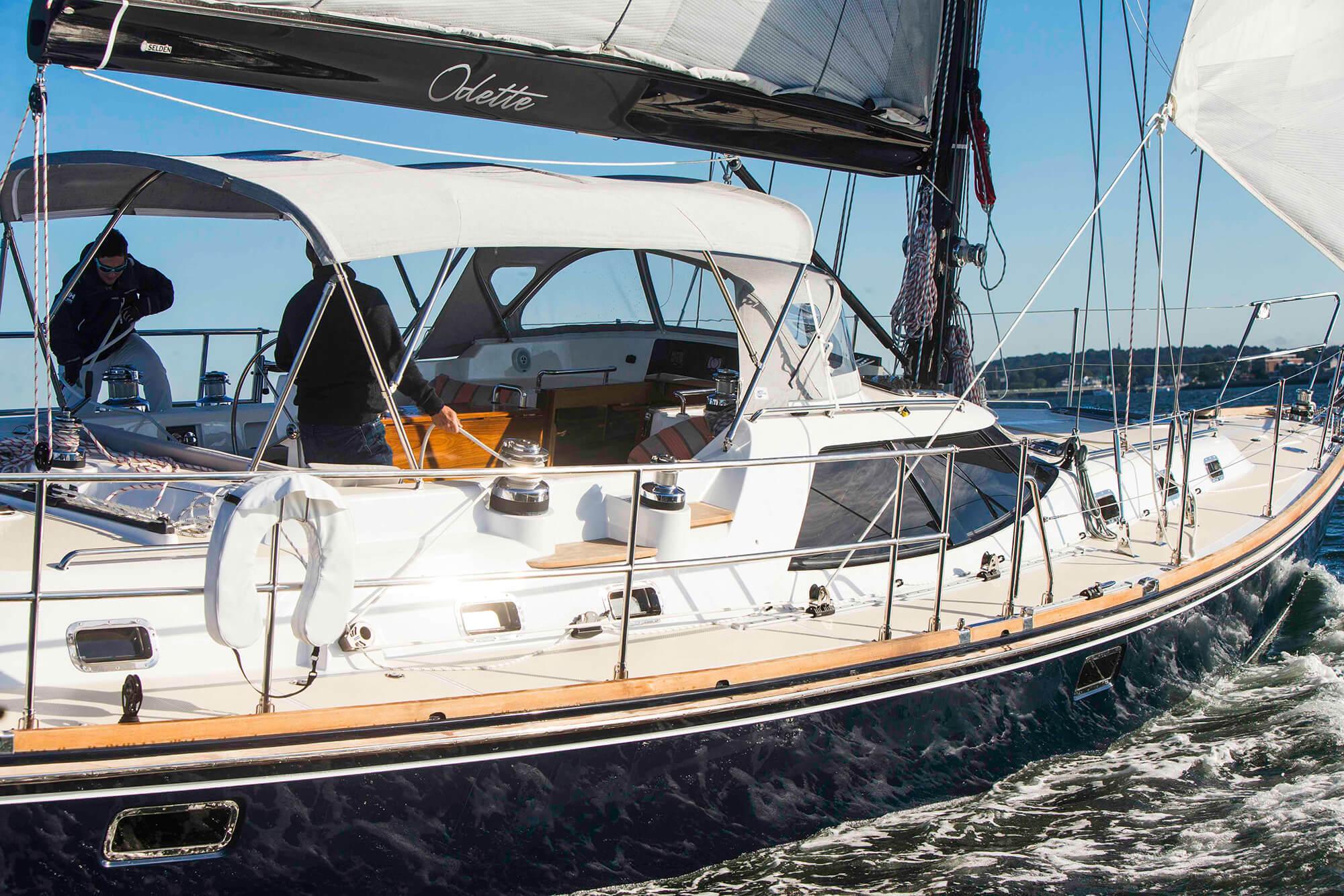 Zeilboot op het water met bimini van Sunbrella Crest Ash