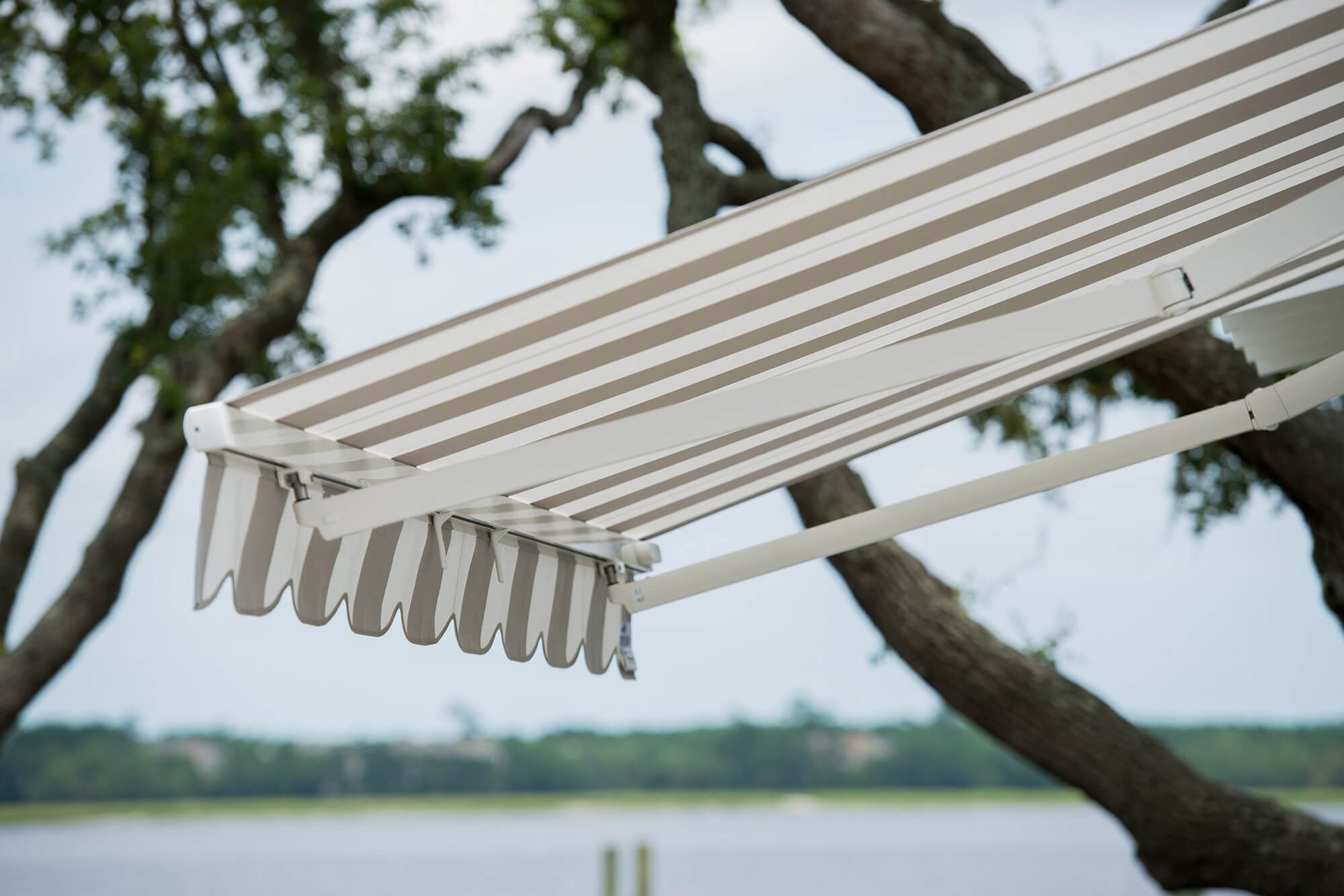 회색 및 하얀색 줄무늬 접이식 차양의 근접 디테일