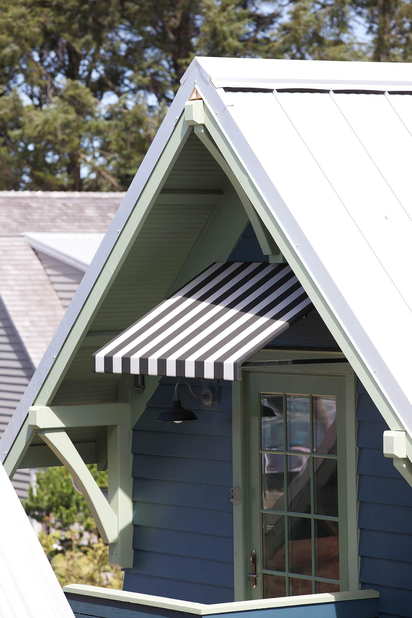 가정집에 설치된 흑백 줄무늬 창용 차양